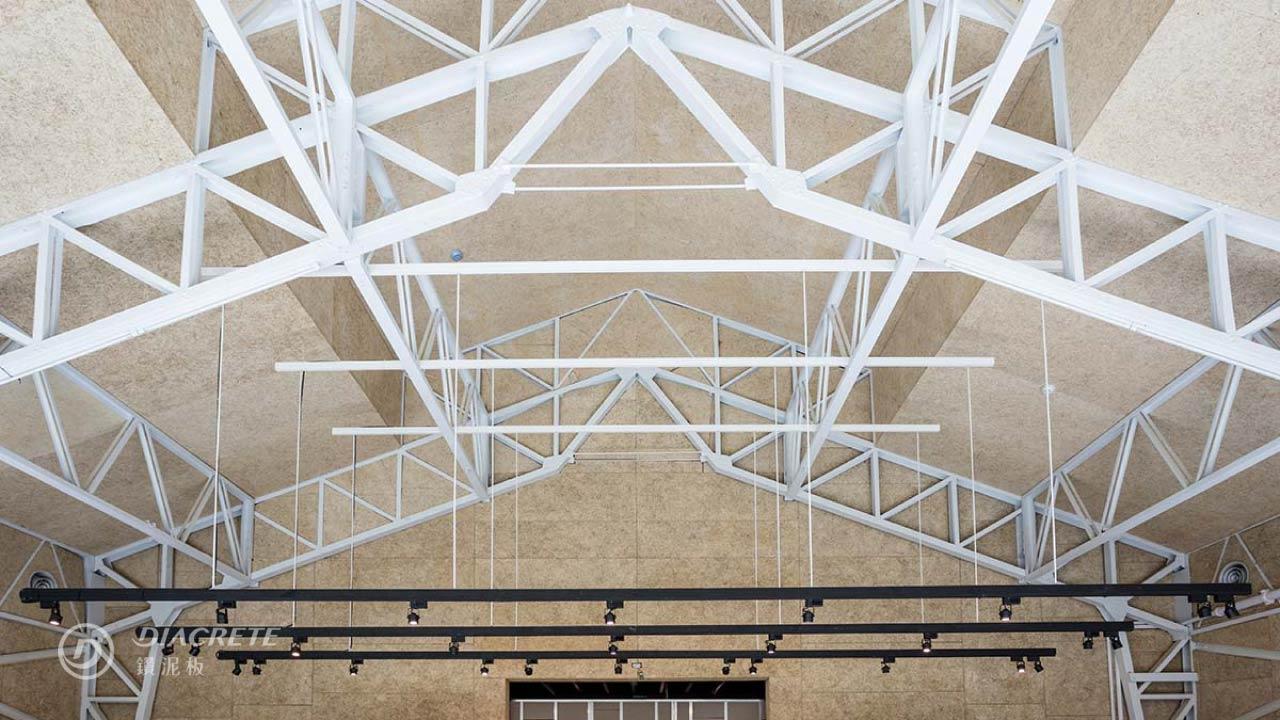 鑽泥板用於斜屋頂隔熱,固定在骨架外側則可見骨架外露,有工業風的氛圍。圖為新竹風Live House案例(原新竹風城願景館、空軍工程聯隊禮堂),今貌由建築師潘天壹設計,保留原有鋼樑,將牆面、地板與屋頂全面翻修,提升建築物隔熱與吸音性能。