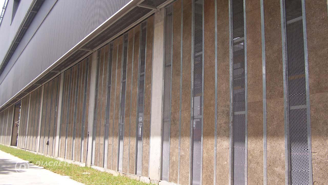 此外牆隔熱的案例,位於全年炎熱的新加坡廠房Tiong Seng Prefab Hub。