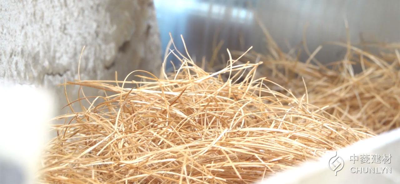 中菱將木材刨成木絲,與水泥結合後壓製成鑽泥板,部分木絲作為包裝緩衝材,不浪費每一分原料。