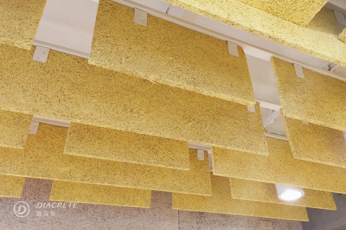 鑽泥板表面自然彎曲的木絲紋路,具有獨特的藝術美感,也是幫助吸音的重要構造。