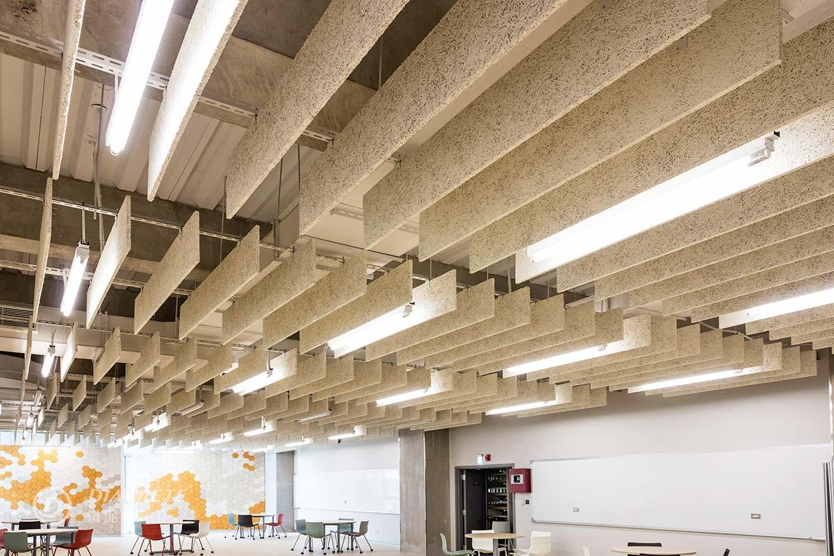 政大達賢圖書館由羅興華建築師事務所與潤德室內裝修規劃設計。四樓創意展演室作為小型座談、演出、發表之用,以原木質感的鑽泥板障板天花板來幫助空間吸音。
