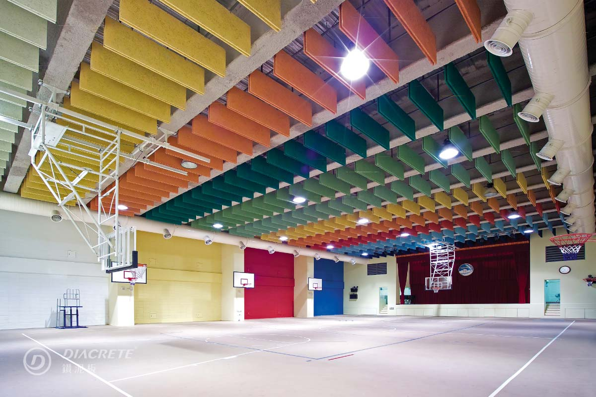 台北光仁小學體育館,由大元建築師事務所設計,使用障板天花板幫助減少體育館回音,鮮豔多彩的視覺也讓空間氛圍變得活潑。