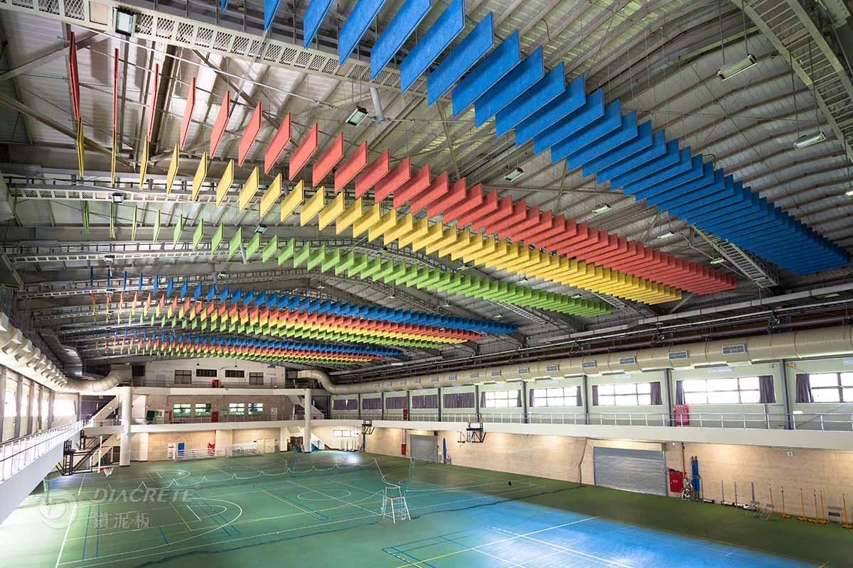 桃園元智大學體育館,偌大的空間以噴塗多彩的鑽泥板豐富空間上方的層次,也減緩館內回音。
