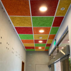 新北 台灣電力公司烏來台灣電業文物館_室內走廊-鑽泥板彩色輕鋼架天花板