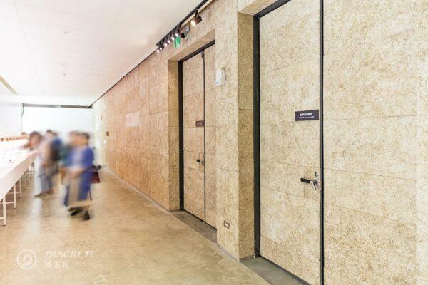 鑽泥板自然紋理、吸收回音的優點,適合作為藝文展覽空間的天花板或牆面材料。(圖為新竹風Live House案例)